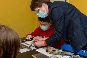 Dzieci pracują nad wystawą o domach tkaczy